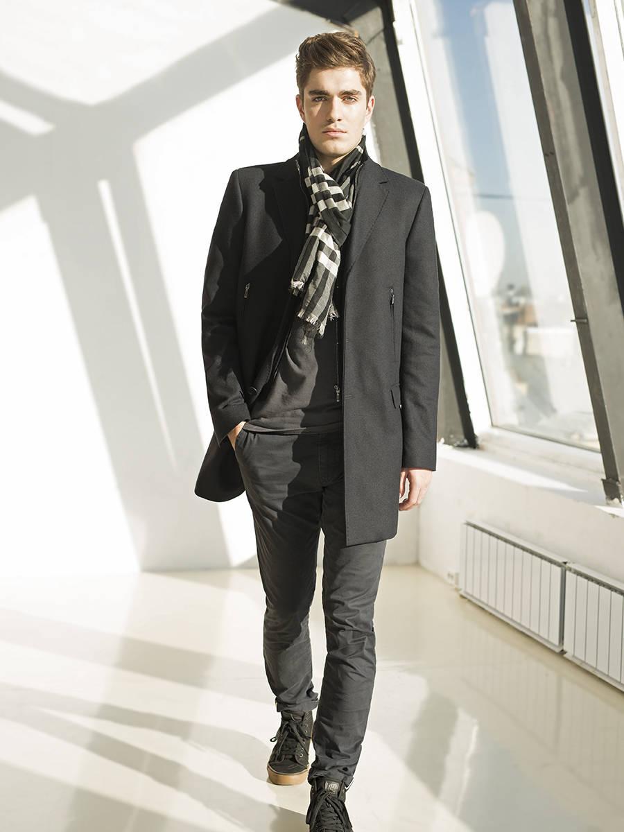 Пальто мужское Pompa, арт. 1700030S50068Стильное пальто, сочетающее в себе классический крой и современные детали. Пальто с английским воротником и застежкой на 3-х пуговицах. На полочке расположены карманы в молнию и прорезные карманы с клапанами. Спинка со шлицей. Рукав втачной со шлицей и 4-мя пуговицами. Отличительной деталью является пристегивающий элемент из плащевой ткани имитирующий жилетку. Внутренние детали: карманы для документов и бумажника.<br><br>Артикул: 1700030S50068<br>Цвет: черно-синий<br>Материал: : Основная ткань: хлопок 45 %, шерсть 35 %, полиэстер 15 %, полиамид 5 %;<br>Размер RU: 54<br>Пол: Мужской<br>Возраст: Взрослый